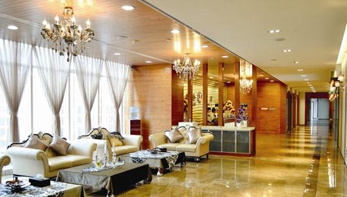 欧式装修风格优雅大方,占地面积约2000平方米,采用欧洲会所式口腔美容