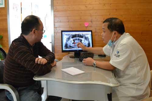 武海波教授正在给顾客分析说明他的口腔状况
