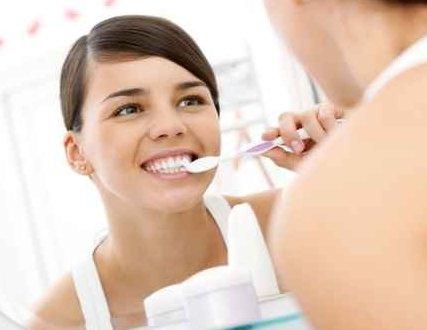 饭后立即刷牙会使牙齿变黄